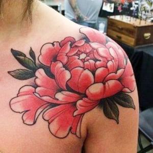 tatuaje de flor para mujer en el hombro