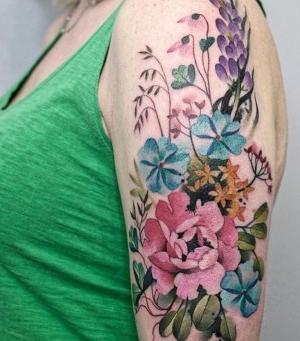 tatuajes de flores de colores en el brazo