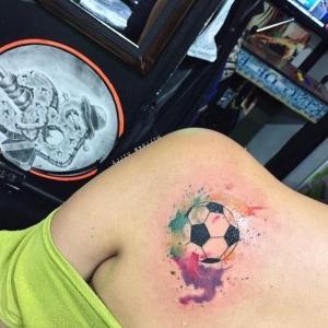 tatuaje acuarela de futbol