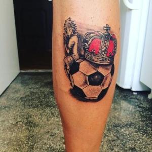 tatuaje corona y futbol