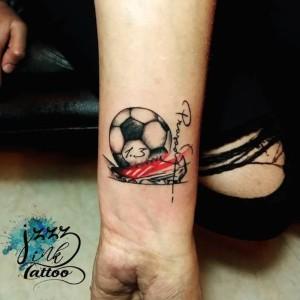 tatuaje en el antebrazo de futbol