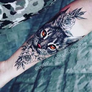 tatuaje de gato y flores