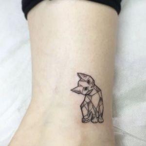tatuaje de gato geometrico