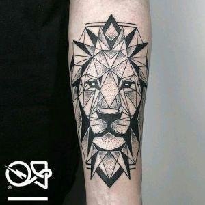 tatuaje geometrico de leon