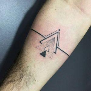 tatuaje geometrico en el antebrazo