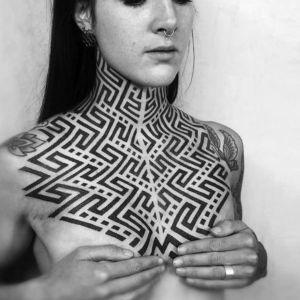 tatuaje geometrico en el pecho
