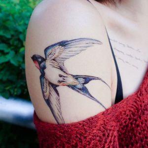 tatuaje de golondrina en el hombro