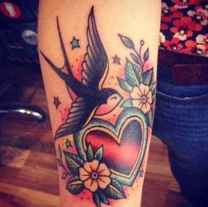 tatuaje de golondrina y corazon