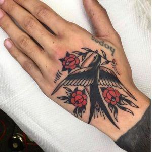 tatuaje de golondrina y flores