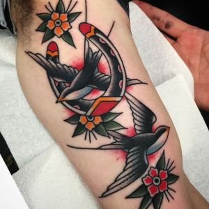 tatuajes de golondrinas en el brazo