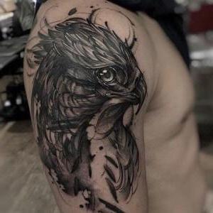 tatuaje de aguila en el hombro