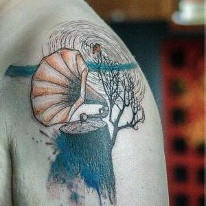 tatuaje de gramofono en el hombro