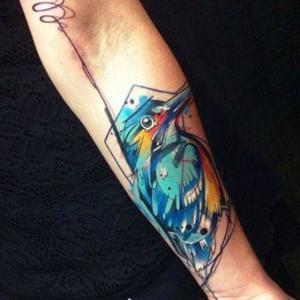 tattoo de pajaro en el brazo