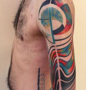 tatuaje abstracto en el brazo