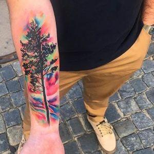 tatuaje de arbol en el antebrazo