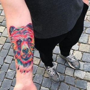 tatuaje de oso en el antebrazo