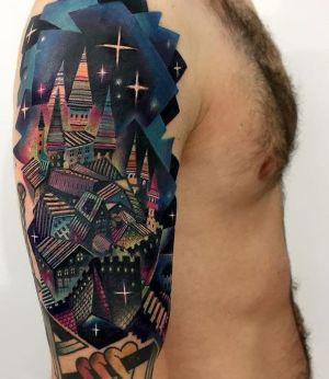 tatuaje de tejados en el brazo