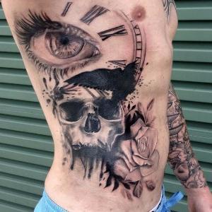 tatu hombre en las costillas