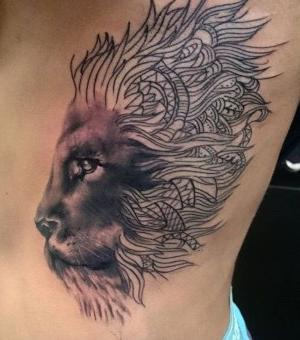 tatu para hombre en las costillas de leon