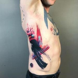 tatuaje abstracto en las costillas