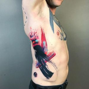 tatuaje en las costillas abstracto
