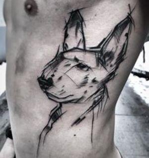tatuaje en las costillas perro