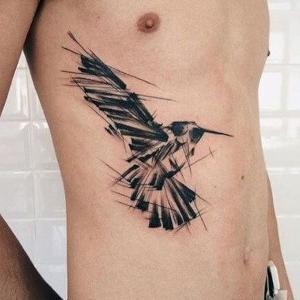 tatuaje hombre en costillas