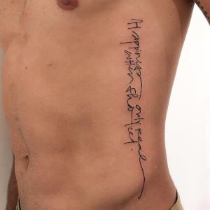 tatuajes para hombres letras costillas