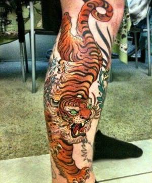 tatuaje para hombres de tigre en la pierna