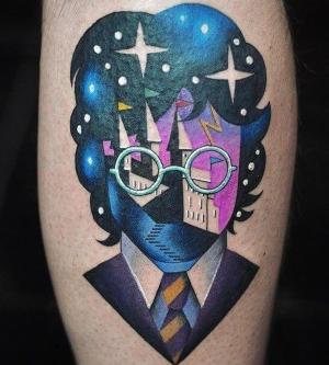 tatuaje psicodelico en la pierna