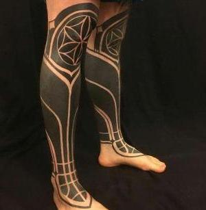 tatuajes blackwork en las piernas
