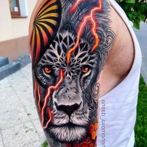 tatu de leon en el brazo