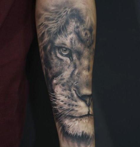 tatuaje en el brazo cara de leon
