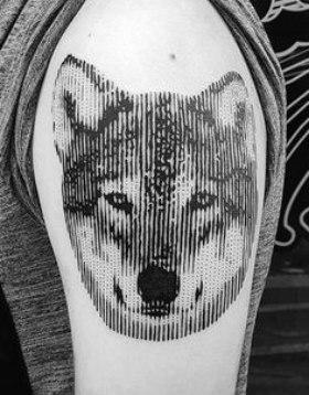 tatu de lobo en brazo