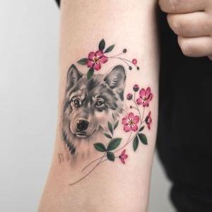 tatuaje fino de lobo