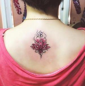 foto de tatuaje de flor de loto en espalda