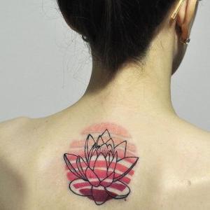loto tatuado en la espalda