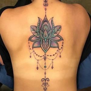 tattoo flor de loto en la espalda para mujer
