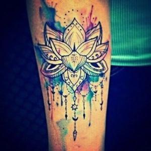 tatuaje de flor de loto acuarela