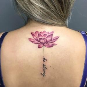 tatuaje de flor de loto con nombres