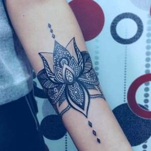 tatuaje de flor de loto en el antebrazo