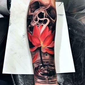 tatuaje flor de loto para hombre