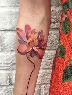 tatuaje loto brazo