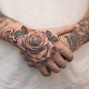 rosa tatuada en la mano