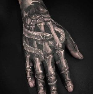 tattoo en la mano realista