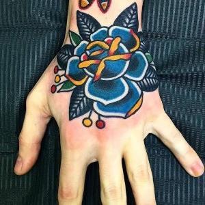 tattoo rosa en la mano
