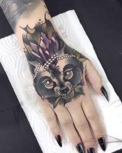 tatu en la mano