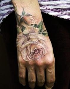 tatuaje delicado en la mano