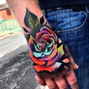 tatuaje en la mano de rosa