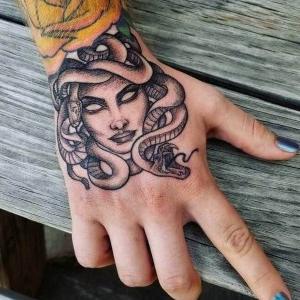 tatuaje en la mano medusa